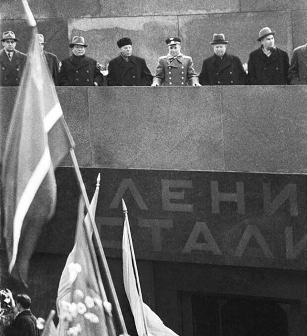 Интересно, что когда Гагарин полетел в космос (12 апреля 1961), Сталин еще лежал в мавзолее (вынесен в ночь с 31 октября на 1 ноября 1961 года