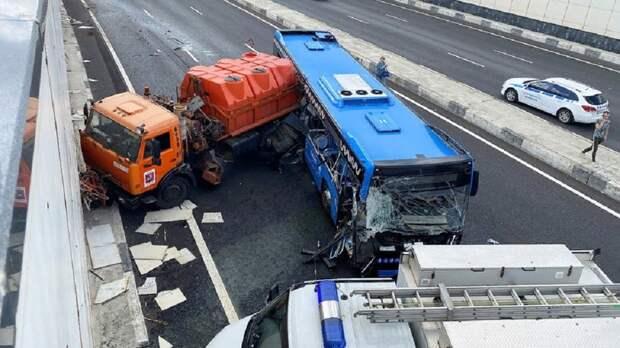 Число пострадавших при столкновении автобуса и грузовика в окрестностях Москвы достигло 13