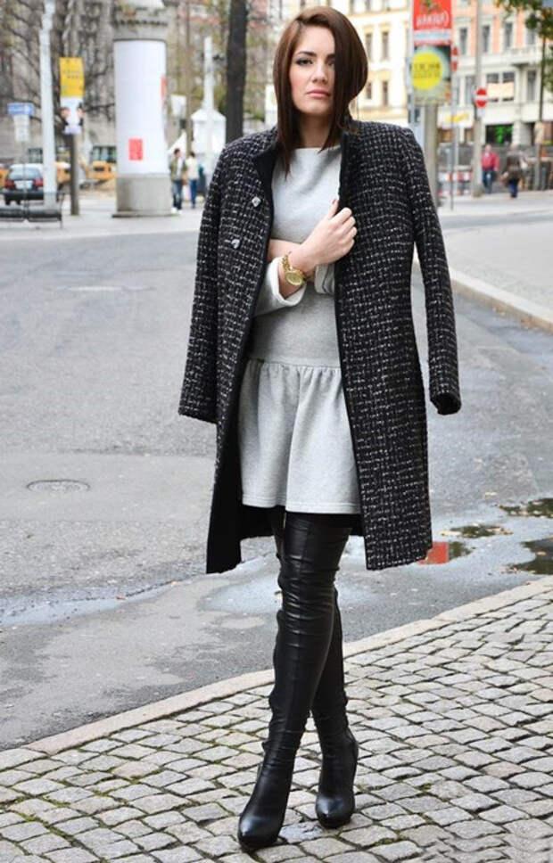 Девушка в сером платье и темном пальто