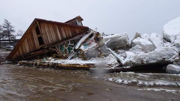 Глыбы льда снесли магазин под Хабаровском