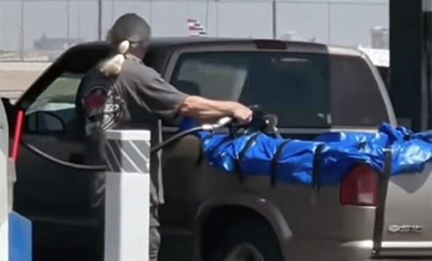 Американец решил запасти топлива и залил полный открытый кузов своего пикапа бензином