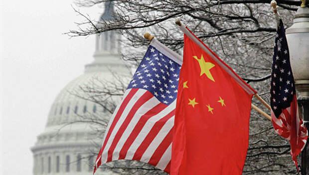 Флаги США и Китая на фоне здания Конгресса США в Вашингтоне. Архивное фото.