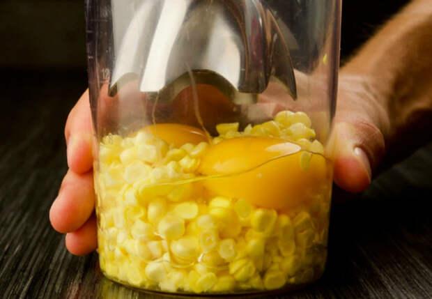 Взбиваем вместе 2 яйца и кукурузный початок: выпечка становится мягче и сочнее