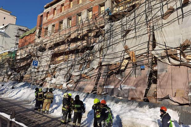 Строительные леса обрушились на людей в центре Москвы