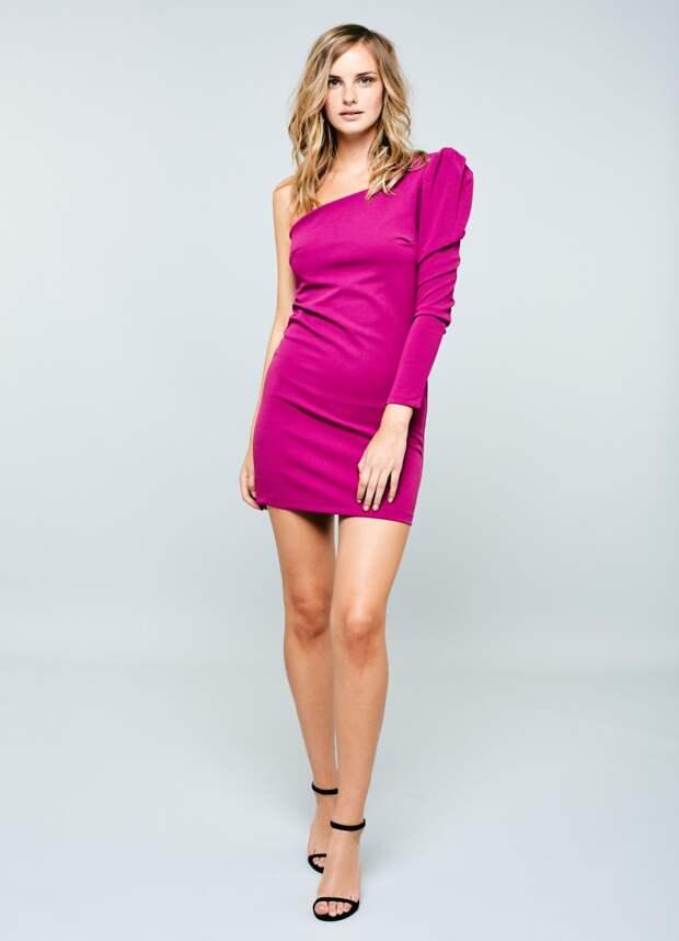 Модель в платье на одно плечо