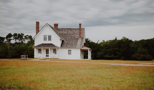 Дом посреди поля