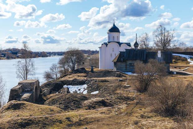 У берега Волхова еще сохранились развалины (слева) Староладожской крепости