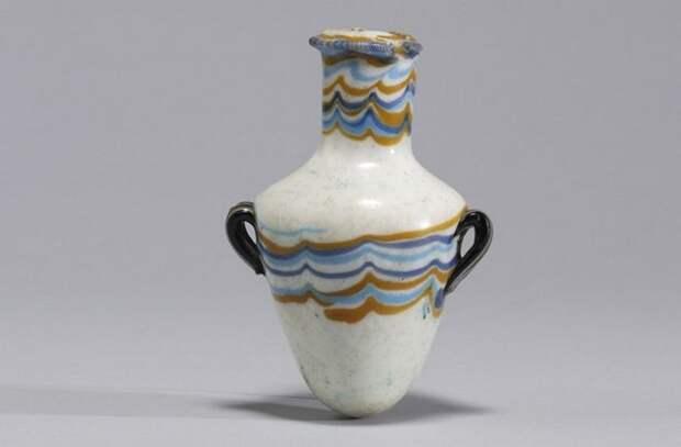 Стеклянная ваза из Древнего Египта.