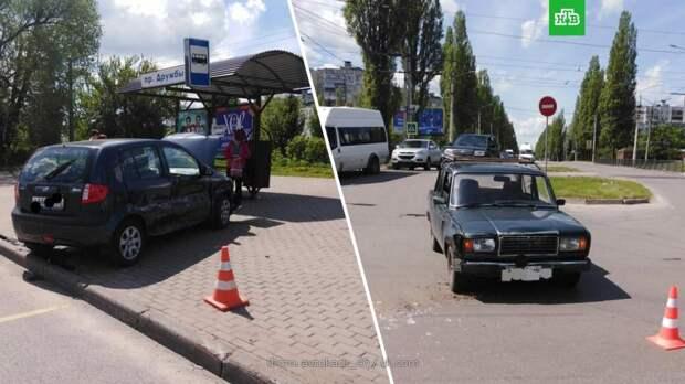 Иномарка врезалась в остановку в Курске: 4 пострадавших