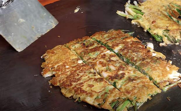 Блины из зеленого лука по рецепту с рынка. Жарим побеги, а потом добавляем яйца и начинку