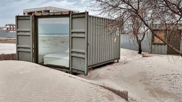 В Крыму туристам предлагают пожить в железных контейнерах