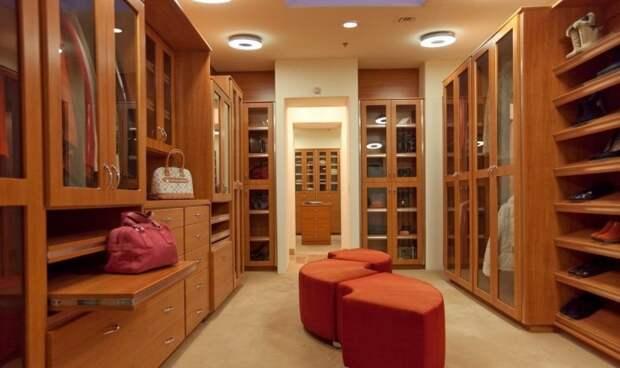 Для современного гардероба характерно использование мягкой мебели.