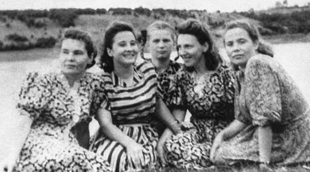 Валентина Терешкова (в центре) с подругами, 1956 год