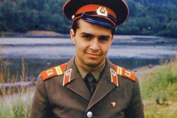 Почему Шендерович так боится армию, ведь его даже не расстреляют?