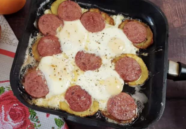 Превращаем картошку в главное блюдо: накрываем колбасой и жарим