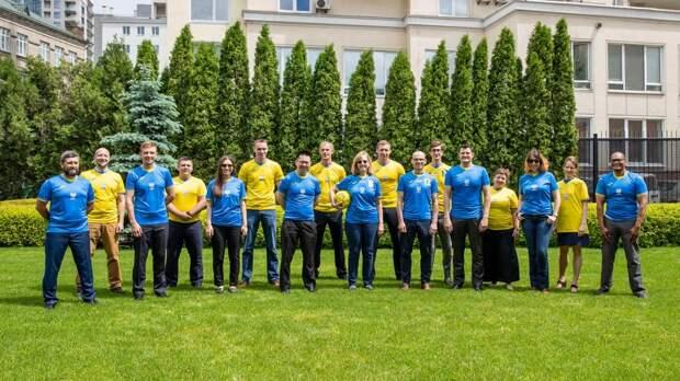Команда посольства США надела украинскую форму перед Евро-2020
