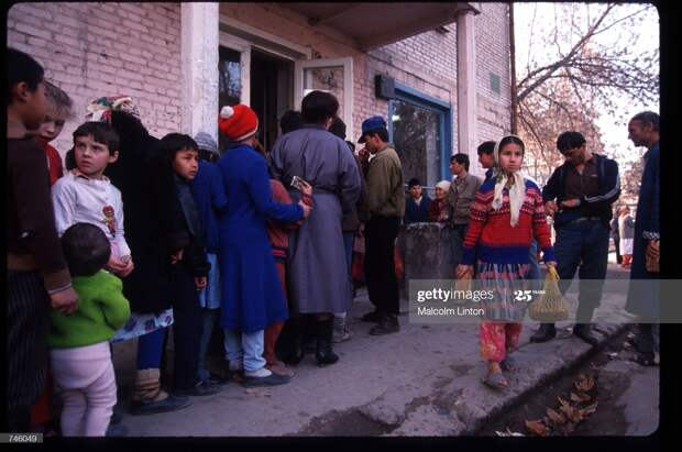Жители города Курган-Тюбе (Таджикистан) стоят в очереди за хлебом, январь 1993 г.