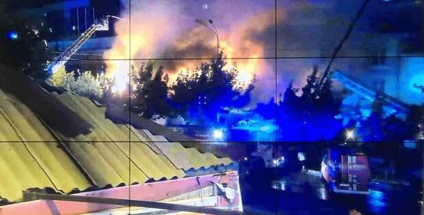 Более 70 человек тушили крупный пожар в кафе и адмздании в Алматы