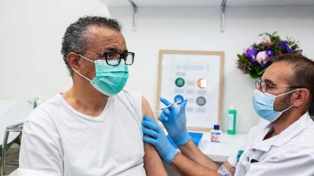 """""""Вакцины спасают жизни"""": глава ВОЗ показал пример и привился от COVID"""
