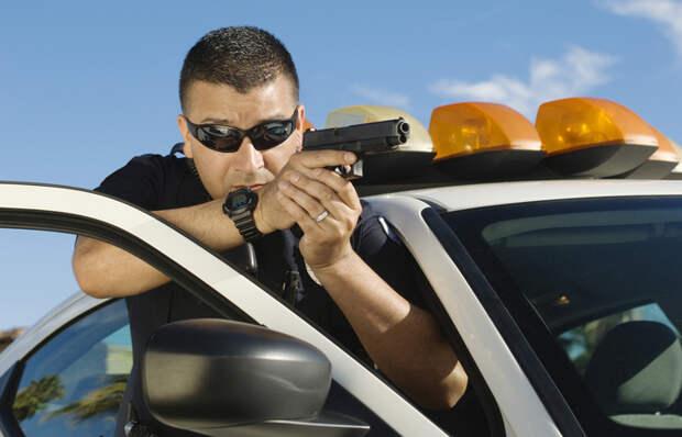 Почему американские полицейские прячутся за дверями автомобилей, если те не защищают от пуль