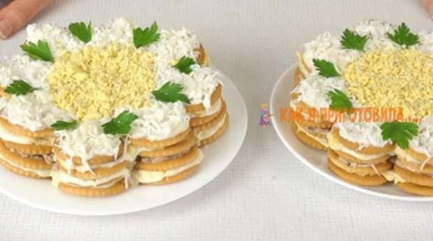 Закусочный торт-салат из κрeκeрοв. Гοтοвитcя за cчитанныe минуты