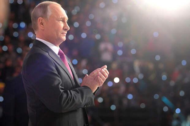Путин, при всех к нему претензиях за клубок проблем внутри страны, все еще остается единственным национальным лидером, пользующимся поддержкой основной массы населения