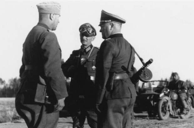 После вторжения в СССР использование захваченного оружия уже стало само собой разумеющимся - фото немецких солдат в нашим ППШ можно во множестве встретить в разных источниках