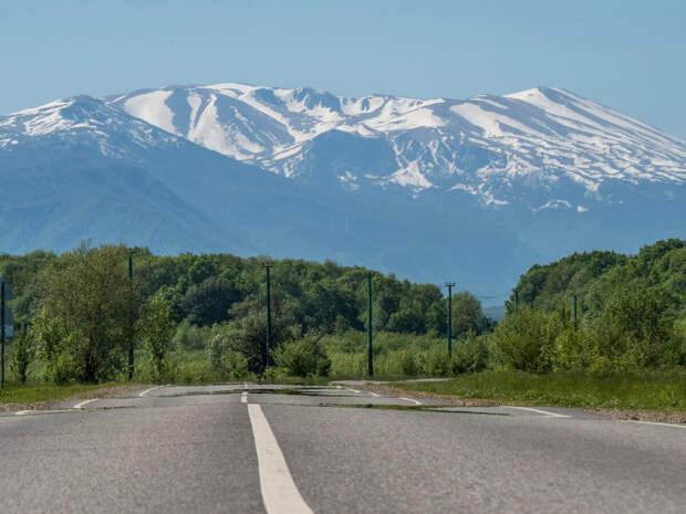 Дорога в село Черниговское, вдали нагорье Лагонаки. Здесь и далее в статье фото автора, 13.05.2021 г.