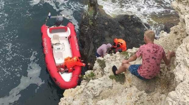 Спасатели три часа эвакуировали в Черноморском районе упавшего с 15-метровой скалы туриста