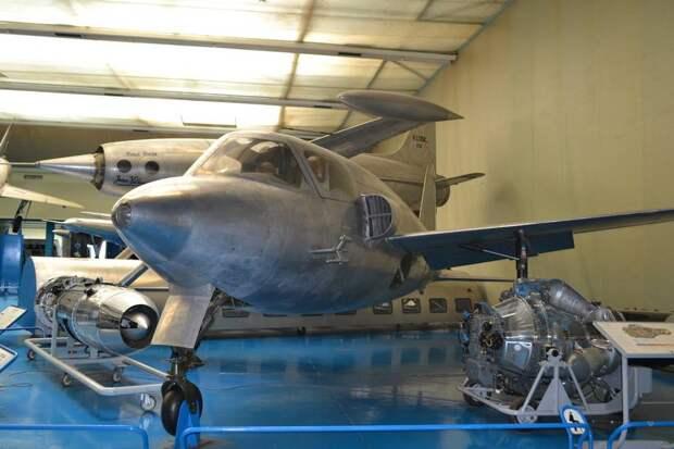 Самолет SNCASO S.O.6000N «Тритон» возможно и рассматривался на каком-то этапе как боевой, но в окончательном виде был сделан как чисто экспериментальная машина для того, чтобы набрать опыт проектирования реактивной силовой установки и понять особенности ее работы в полете. Потому у не такой «неэлегантный вид»