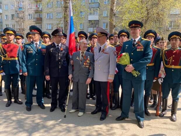Парад у дома ветерана милиции организовала «Единая Россия» в Новосибирске