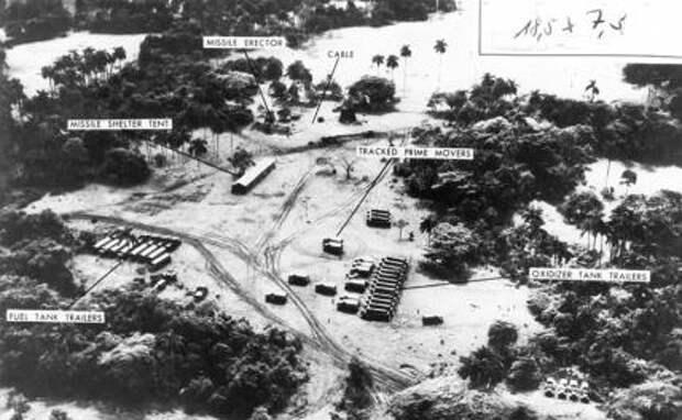 На фото: вид с воздуха на советские ракетные комплексы на Кубе, 30 сентября 1962 года.