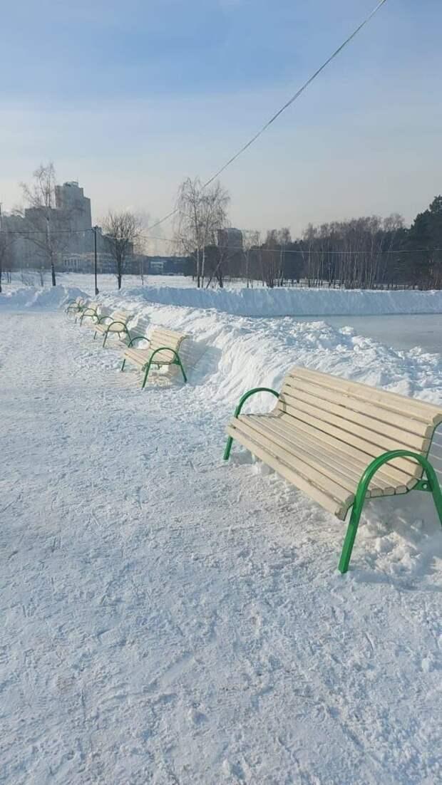 У катка возле Жулебинского леса установили скамейки — управа