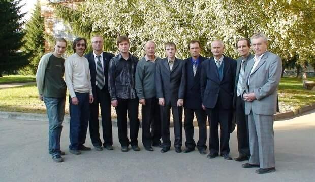 Юрий Лукьянов (пятый слева) с коллегами на территории учебных корпусов Псковского государственного университета Личный архив Юрия Лукьянова