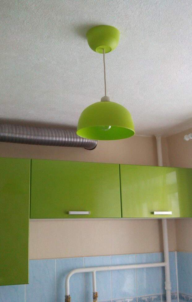 Люстра в тон кухни из двух пластиковых мисок 7