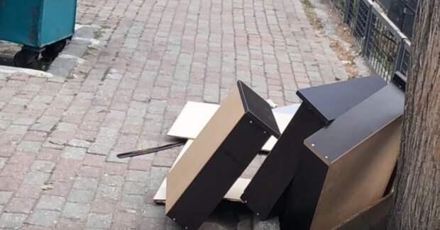 Девушка умело переделала ящики от комода в крутой и практичный стол