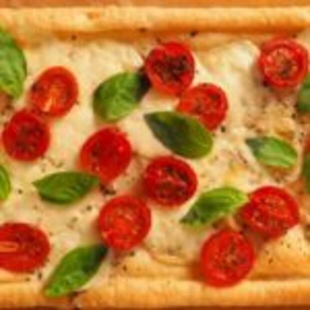 Проще, чем пицца! Пирог из слоеного теста с помидорами и моцареллой