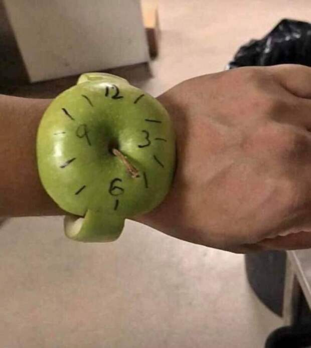 Часы Apple из яблока