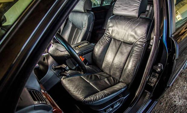 Мастер показал, как восстанавливает порваные кожаные сиденья на авто: видео