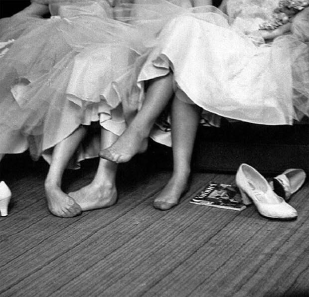 Девочки-подростки отдыхают после танца, 1954 год.
