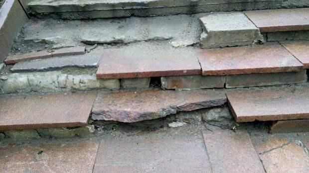 «Вот-вот кто-нибудь убьется»: петрозаводчане требуют отремонтировать аварийную лестницу в центре