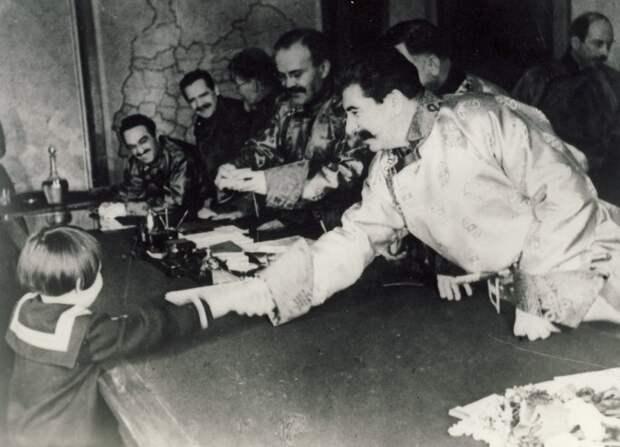 Иосиф Сталин и Вячеслав Молотов дарят Геле подарки.
