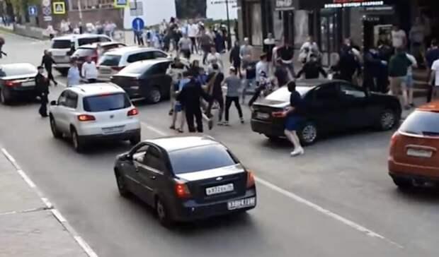 Пошла жара! Футбольные фанаты устроили драку вцентре Нижнего Новгорода