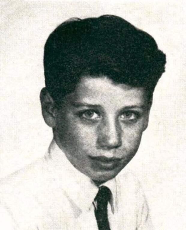 Американский актёр, танцор и певец, лауреат премий «Золотой глобус» и «Эмми».