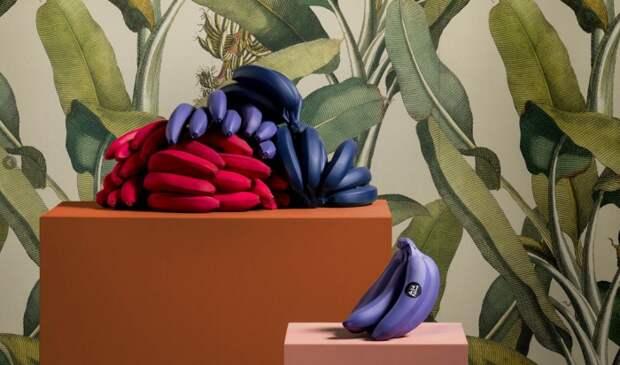 Керамическая плитка с принтом в виде банановых листьев.