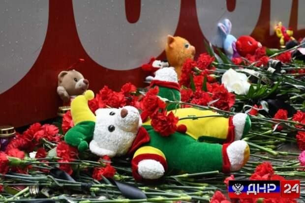 Жители ДНР разделили скорбь по погибшим в Казани детям