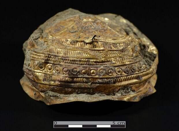 В Австрии нашли древнюю золотую чашу с солярной символикой