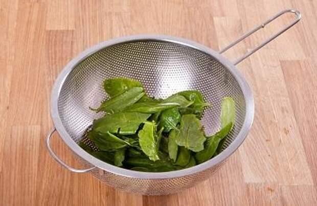 Шаг 1. Промываем и обсушиваем шпинат