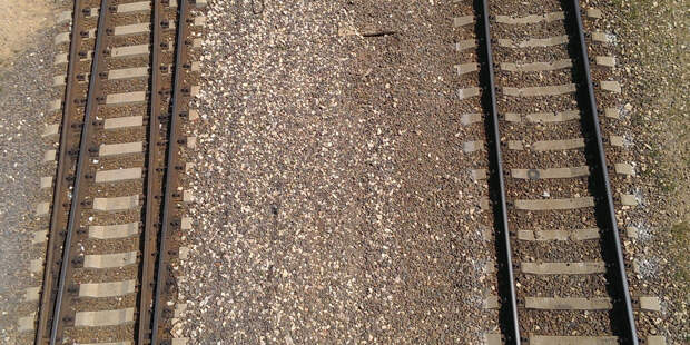 Железнодорожная авария: грузовые вагоны сошли с рельсов в Самарской области