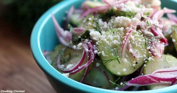 Грузинский салат из феты, красного лука и маринованных огурцов: вот как сделать его дома